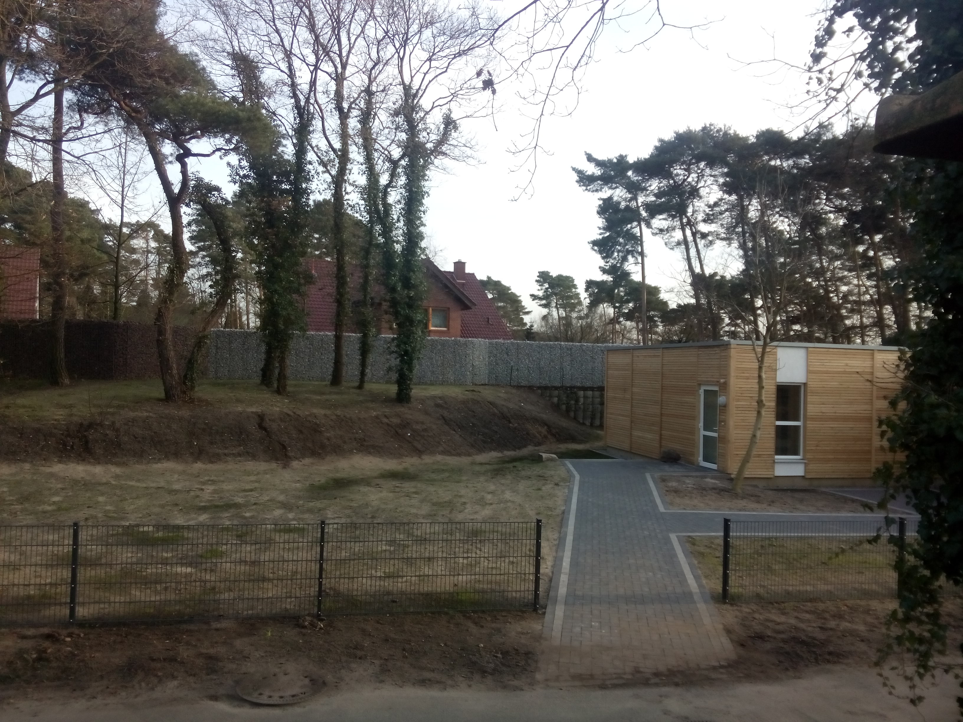 """Zaun hinter der Unterkunft """"am Waldstadion"""""""